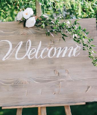Welcome board wedding wiith flowers